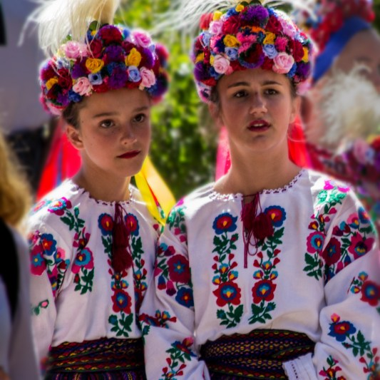 ukranian-dancers-await