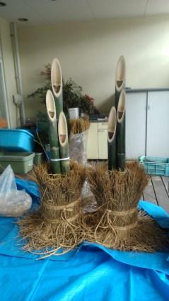1) Bambu di dalam pot dikelilingi jerami.