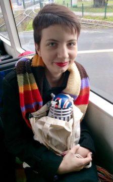 Gingerstorm, dzielna opiekunka Daleka, w drodze na konwent