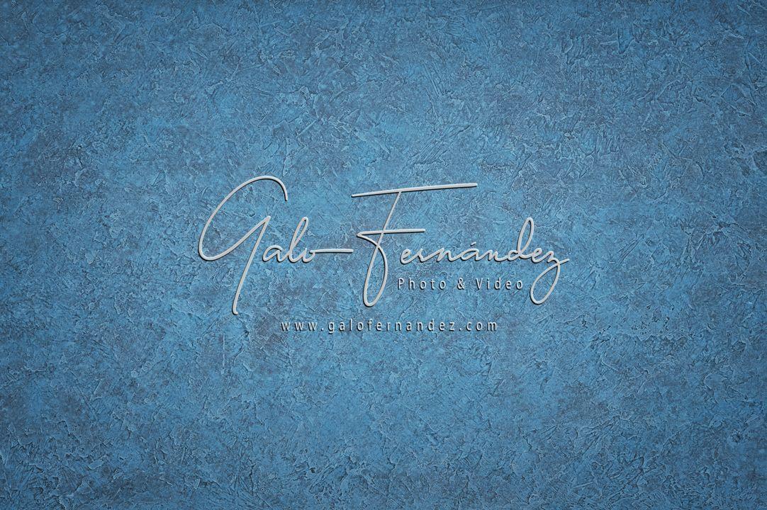 Hermoso fondo vintage en tonos de azul y escala de grises con relieve, textura manchada y espacio para texto o imagen.