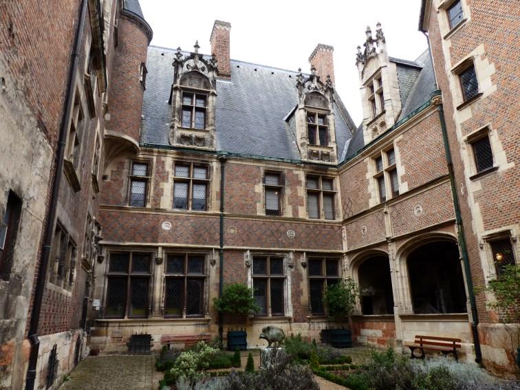 Palais Cujas - du nom du célèbre juriste qui y vécu plusieurs années. (Qui a également donné son nom à la bibliothèque de droit où je travaille au passage)