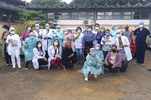 Profissionais da Unidades Básicas de Saúde 1 do Gama são homenageados com rosas e música