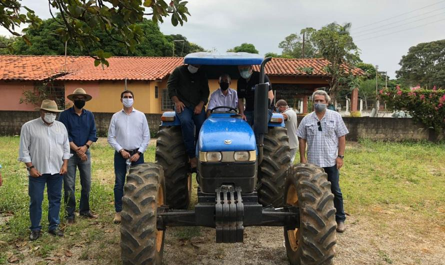 Produtores rurais recebem equipamentos agrícolas