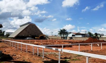 Máquinas começam a trabalhar na perfuração do terreno para instalar as estacas que farão parte da fundação da nova escola. E operários retiram a antiga estrutura da cobertura   Foto: Acácio Pinheiro/Agência Brasília