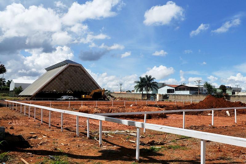 Máquinas começam a trabalhar na perfuração do terreno para instalar as estacas que farão parte da fundação da nova escola. E operários retiram a antiga estrutura da cobertura | Foto: Acácio Pinheiro/Agência Brasília