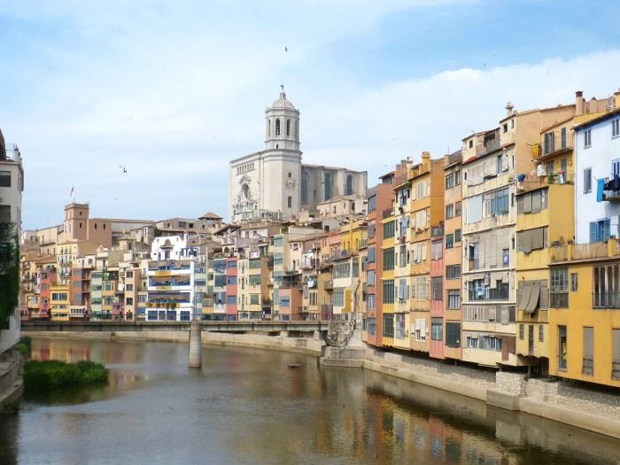 """Las famosas """"Casas del Oñar"""" en las riberas del río Oñar a su paso por Girona"""