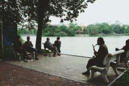 Straßenmusiker gibt ein Konzert am See