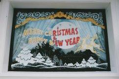 Fenster eines Hotels erinnert an bevorstehendes Weihnachten. Hier sind es um die 30 Grad und 80 % Luftfäuchtigkeit