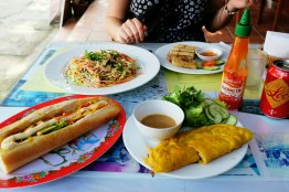 Reispfankuchen, Baguette, Papaya-Salat und Frühlingsrollen. Ich liebe diese Chili Sauce.