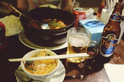 Hotpot und Tiger Bier im geeisten Glas