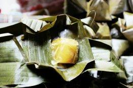 Geleeartiger Kuchen in einem Bananenblatt