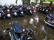 Moped Parkplatz nach dem Regen