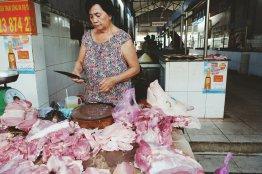 Frau verkauft Fisch auf dem Markt