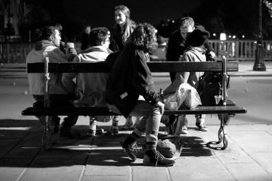 Junge Menschen treffen sich am Abend