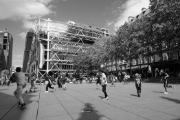 Jungs spielen Fußball vorm Centre Pompidou