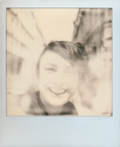 Italienische Fotografin auf Impossible SX-70 B&W