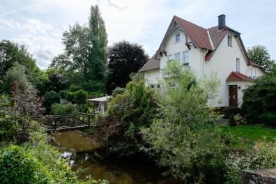 Schönes Haus mit Fluss im Garten