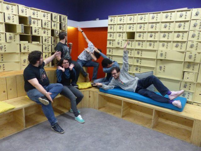 Les six membres de l'équipe Recyclotrons font une grimace