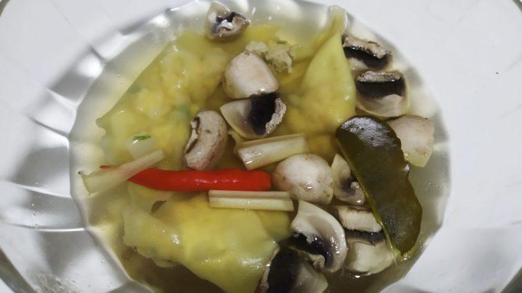 Tom yum wonton soup