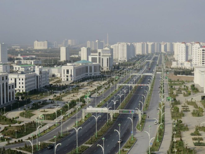 Main street in Ashgabat at mid-day while citizens are at work or at school (GB Photo)