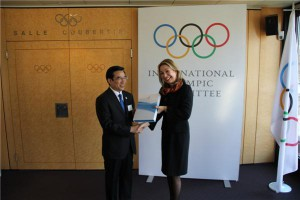 Beijing Mayor Wang Anshun hands over the bid book to IOC head of Olympic bid city relations Jacqueline Barrett - July 6, 2015 (Photo: Beijing 2022)
