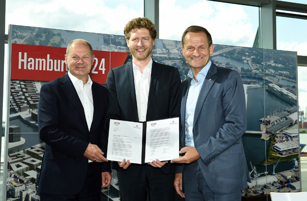 First Mayor of Hamburg Olaf Scholz, Nikolas Hill, CEO Bid Committee Hamburg 2024 and Alfons Hörmann, President of the German Olympic Sports Confederation after the signing of the application letter (Hamburg 2024 Photo)