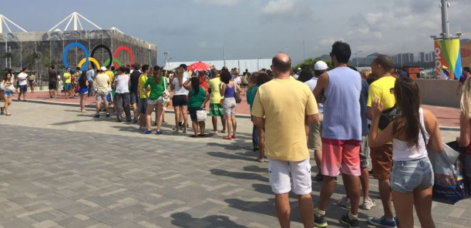 A long, impromptu queue forms for the opportunity to get a picture with the rings at Olympic Park (GamesBids Photo)