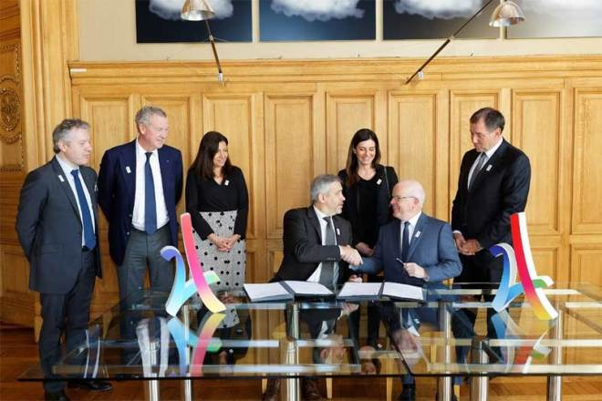 Bouygues Construction CEO Philippe Bonnave and Paris 2024 CEO Etienne Thobois sign Paris 2024 partnership agreement (Paris 2024 Photo)