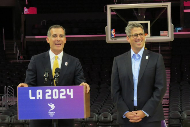 LA 2024 Bid Chair Casey Wasserman (right) and LA Mayor Eric Garcetti (left) at Staples Center in Los Angeles (GamesBids Photo)