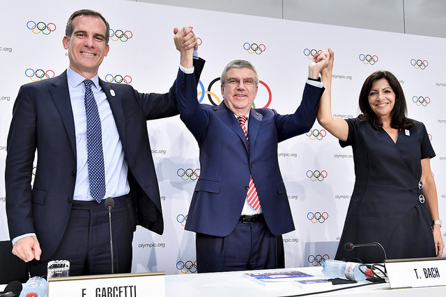 IOC President Thomas Bach (centre) with LA Mayor Eric Garcetti (left) and Paris Mayor Anne Hidalgo celebrating double-allocation approval (IOC Photo)
