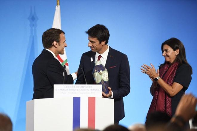 French President Emmanuel Macron congratulates Paris 2024 Co-Chair Tony Estanguet and Paris Mayor Anne Hidalgo (Paris 2024 Photo)