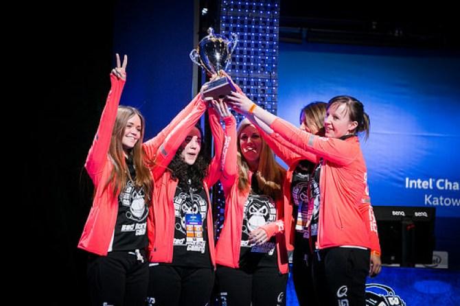 Η γυναικεία ομάδα CS Bad Monkey που κέρδισε το IIntel Challenge Katowice 2015