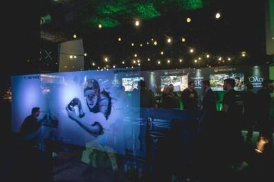 Ο Street artist Skitsofrenis ενώ δημιουργεί ένα μοναδικό γκράφιτι, εμπνευσμένο από το Xbox One X.