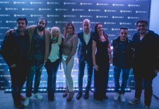 Η Διευθύνουσα Σύμβουλος της Microsoft Ελλάδας, Κύπρου και Μάλτας, Πέγκυ Αντωνάκου, μαζί με τον Federico Enrico, Υπεύθυνο Δικτύου Πωλήσεων Mediterranean Cluster, την Karina Pereira, Yπεύθυνη Δικτύου Πωλήσεων για Ελλάδα και Κύπρο και τους (από αριστερά προς τα δεξιά) Χρήστο Νέζο, Πάνο Μουζουράκη, Μαρία Μπεκατώρου, Λευτέρη Πετρούνια και Λάμπρο Κωσταντάρα.