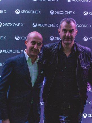 Ο Federico Enrico, Υπεύθυνος Δικτύου Πωλήσεων Microsoft Mediterranean Cluster, με τον πρωταθλητή του Euro 2004, Τραϊανό Δέλλα.