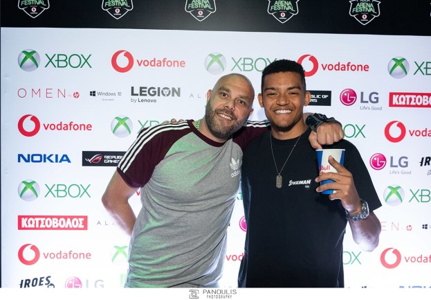 Ο Μιχάλης Stavento και ο παγκόσμιος πρωταθλητής στο επί κοντώ, Εμμανουήλ Καραλής, στο Xbox Arena Festival Sponsored by Vodafone, που «πλημμύρισε» από 10.000 gamers στο Gazi Music Hall, το Σάββατο 29 Ιουνίου.