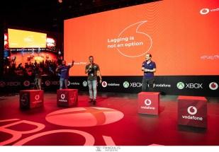 O Panos Dent μαζί με τα μέλη της ομάδας #teamReady της Vodafone, on stage στο Xbox Arena Festival Sponsored by Vodafone, που «πλημμύρισε» από 10.000 gamers στο Gazi Music Hall, το Σάββατο 29 Ιουνίου.