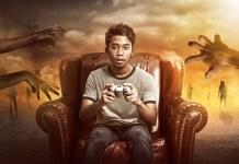 jugendlicher spielt ein zombie-game und hält in der hand einen controller