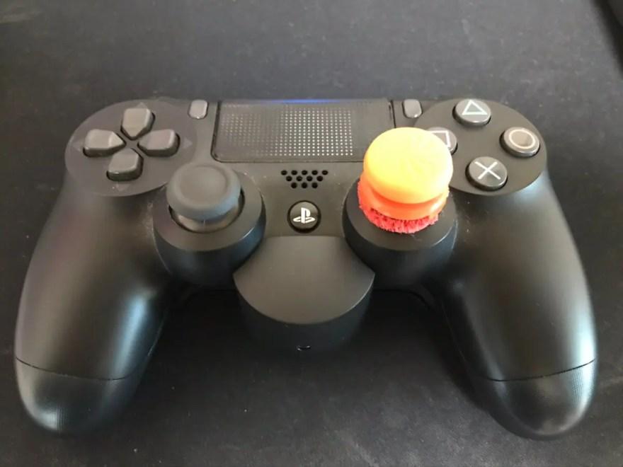 背面ボタンアタッチメントを取り付けたDS4正面