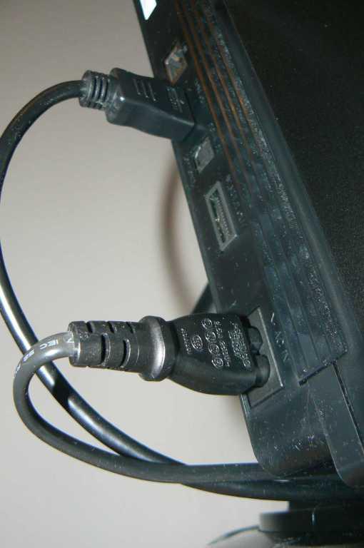 Ouch! Die Kabel knicken bedenklich ab. (Foto: GamingGadgets.de)