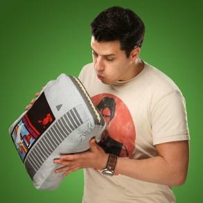 Retro-Kissen im NES-Modul-Stil. (Foto: ThinkGeek)