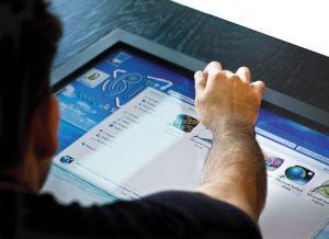 Der Touchscreen das Tisches hält laut dem Hersteller einiges aus (Foto: http://www.hammacher.com)