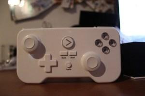 Nicht schön, aber er liegt besser in der Hand, als man annimmt - der Controller. (Foto: GamingGadgets.de)