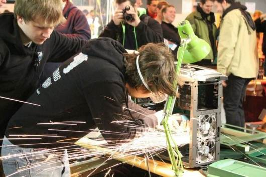 Mit Live-Case-Modding. (Foto: MAKER WORLD, Messe Friedrichshafen)