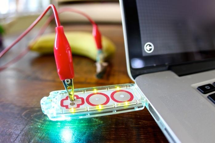 Ein USB-Stick mit Anschlüssen. (Foto: Makey Makey)