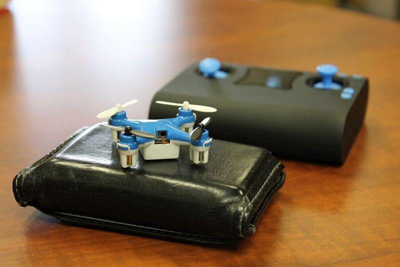 Gut zu erkennen, wie klein die Wallet Drone ist. (Foto: Axis Drones)