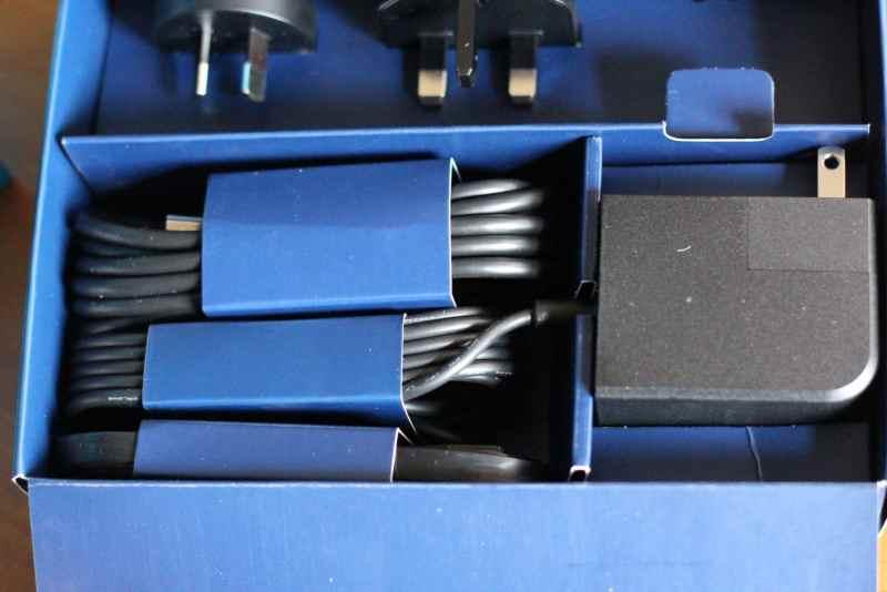 Aufgeräumte Packung mit allerlei Kabeln und Adaptern. (Foto: GamingGadgets.de)