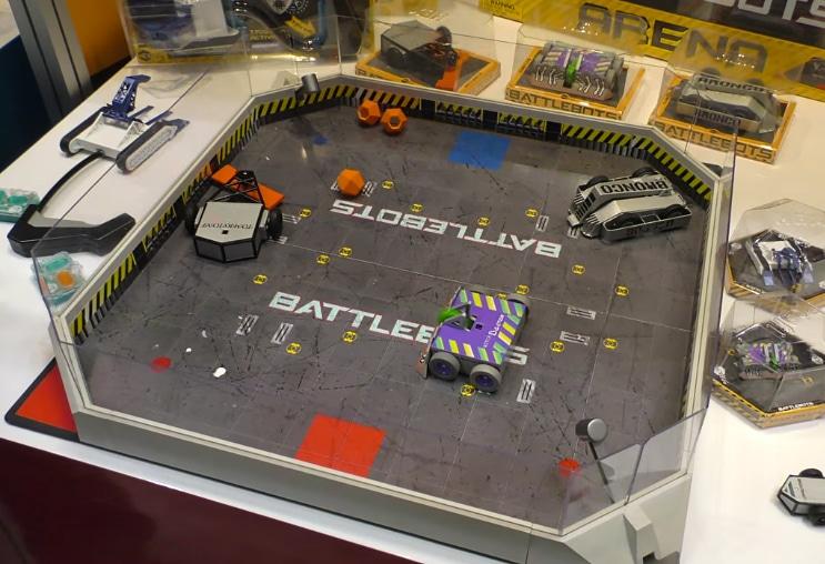 Das gesamte Spielfeld mit Robotern. (Foto: Toyland)