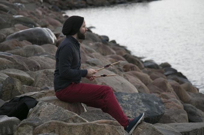 Hipster am Wasser spielt Schlagzeug. (Foto: Freedrum)