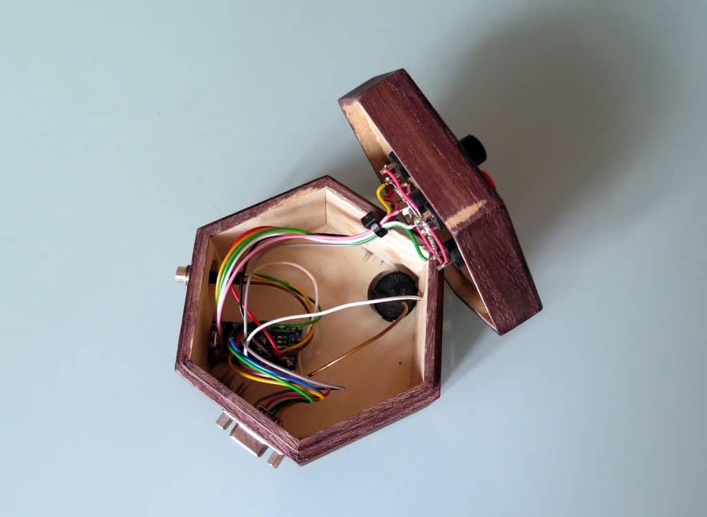arduino vga game console mehr retro geht kaum minimalistische konsole aus holz. Black Bedroom Furniture Sets. Home Design Ideas